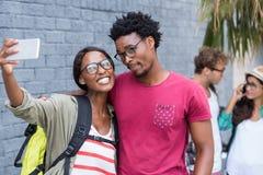 Couples prenant le selfie à un téléphone portable Image stock
