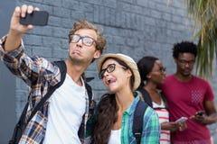 Couples prenant le selfie à un téléphone portable Photos libres de droits