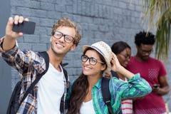 Couples prenant le selfie à un téléphone portable Images libres de droits