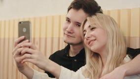 Couples prenant le selfie au temps de petit déjeuner Image stock