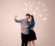 Couples prenant le selfie avec des pensées illustrées Photographie stock