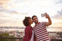 Couples prenant le selfie avec un téléphone portable Image libre de droits