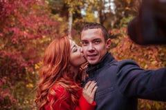 Couples prenant le selfie dans la forêt d'automne Photo stock