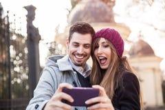 Couples prenant le selfie dans la rue Image stock