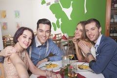 Couples prenant le selfie dans le restaurant Images libres de droits
