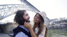 Couples prenant le selfie drôle sur le remblai près du pont clips vidéos