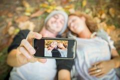 Couples prenant le selfie en automne Photos libres de droits