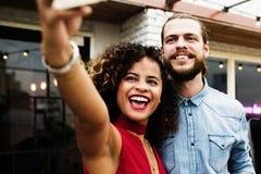 Couples prenant le selfie en partie Image stock
