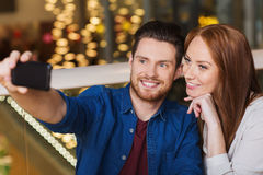 Couples prenant le selfie par le smartphone au restaurant Image stock