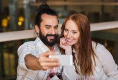 Couples prenant le selfie par le smartphone au restaurant Photographie stock libre de droits