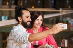 Couples prenant le selfie par le smartphone au restaurant Image libre de droits