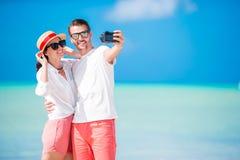 Couples prenant le selfie sur la plage Personnes de touristes prenant des photos de voyage des vacances d'été Photos libres de droits