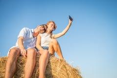 Couples prenant le selfie sur le foin Image stock