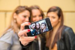 Couples prenant le selfie sur le foin Photographie stock