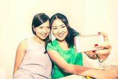 Couples prenant le selfie sur le foin Images stock