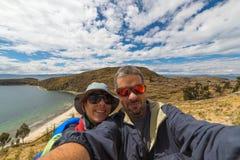 Couples prenant le selfie tout en voyageant Photos stock