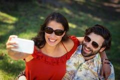 Couples prenant Selfie avec le téléphone portable Image stock