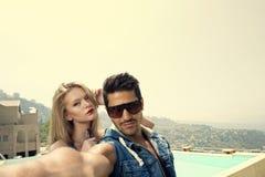 Couples prenant Selfie avec un smartphone Image libre de droits