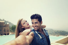 Couples prenant Selfie avec un smartphone Images libres de droits