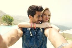 Couples prenant Selfie avec un smartphone Image stock