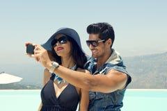 Couples prenant Selfie avec un smartphone Images stock