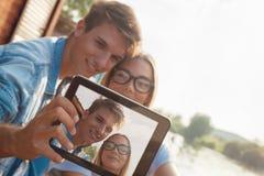 Couples prenant Selfie près de la rivière Image stock