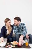 Couples prenant un petit déjeuner Photos libres de droits