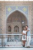 Couples prenant un selfie à Samarkand Photographie stock libre de droits