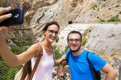 Couples prenant un selfie dans l'endroit montagneux images stock