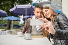 Couples prenant un selfie dans une barre Images stock
