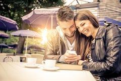 Couples prenant un selfie dans une barre Photos stock