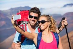 Couples prenant une photo de lui-même avec le téléphone Photo stock