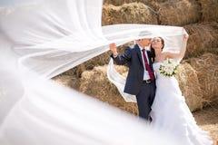 Couples près du foin Photographie stock