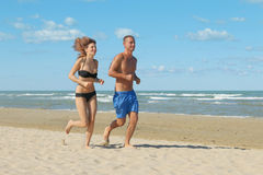 Couples pulsant sur la plage Photo libre de droits