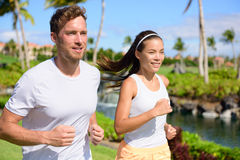 Couples pulsants des coureurs fonctionnant ensemble en parc Photos stock