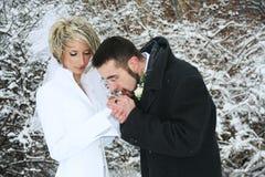 Couples réchauffant leurs mains Photo libre de droits