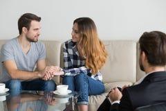 Couples réconciliés heureux jugeant des mains satisfaites de la session de thérapie familiale photographie stock libre de droits