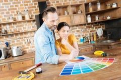 Couples réfléchis de rêverie déterminant avec la couleur de mur Photos libres de droits