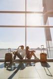 Couples réfléchis s'attendant à leur voyage Photo libre de droits