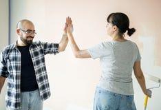 Couples rénovant les mains de jointure de maison Photos libres de droits