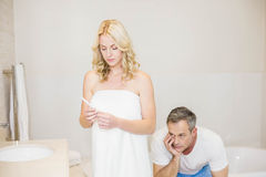 Couples résultats d'essai de attente de grossesse Photos libres de droits