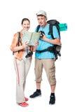 Couples réussis des voyageurs avec des sacs à dos sur un blanc Images stock