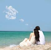 Couples rêvant de la maison sur la plage Image libre de droits