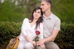 Couples rêvant sur le banc Image stock