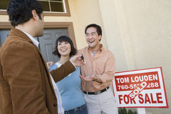 Couples recevant des clés de Chambre photo libre de droits