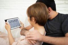 Couples regardant au comprimé numérique Images libres de droits