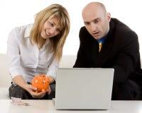 Couples regardant au-dessus des finances images libres de droits