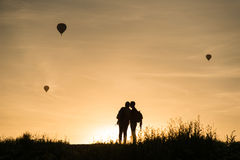 Couples regardant des baloons d'air chaud Photographie stock