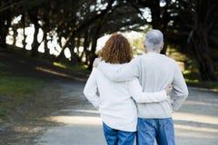 Couples regardant en bas du chemin Images libres de droits