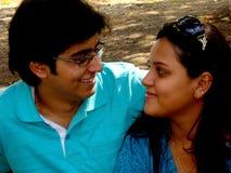 Couples regardant fixement l'un l'autre Photographie stock libre de droits